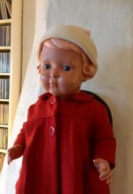 En underbar sköldpaddsdocka i de gulligaste kläder - Såld!  Ljuvliga dockan med röda kappan