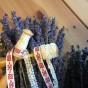 Två knyppelpinnar med upprullade handgjorda spetsar och ett fint band.