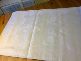 En mycket vacker linneglänsande duk, 150 cm x 180 cm. - Ljuvligt vacker damastduk