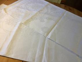 En glänsande vacker damastduk, 190 x 180 cm. - En fin damastduk till bra pris!
