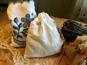 En handsydd lavendelpåse i ett vackert linnetyg m vitbroderi. - En vacker lavendelpåse ivitbroderi