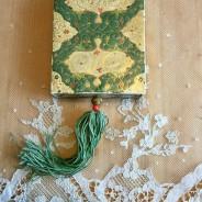 En vacker äldre ask med tofs och innehåller spetsar.