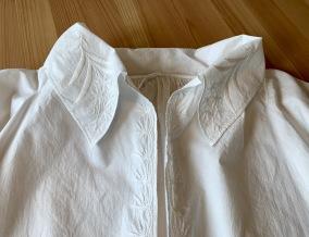 Reserverad En mästerligt handbroderad särk i Nyskick! - En mästerligt handsydd och brodera särk