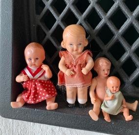 Fyra rara små dockor, varav tre är sköldpaddor. - Fyra rara små dockor