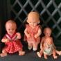 Fyra rara små dockor, varav tre är sköldpaddor.
