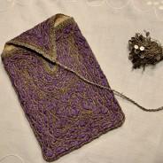 En snygg handbroderad väska i en lila nyans!