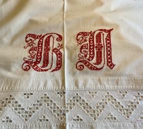 """Ett vackert, stort, handvävtStort monogram! - Ett vackert """"prynadslakan"""" med vackert monogram."""