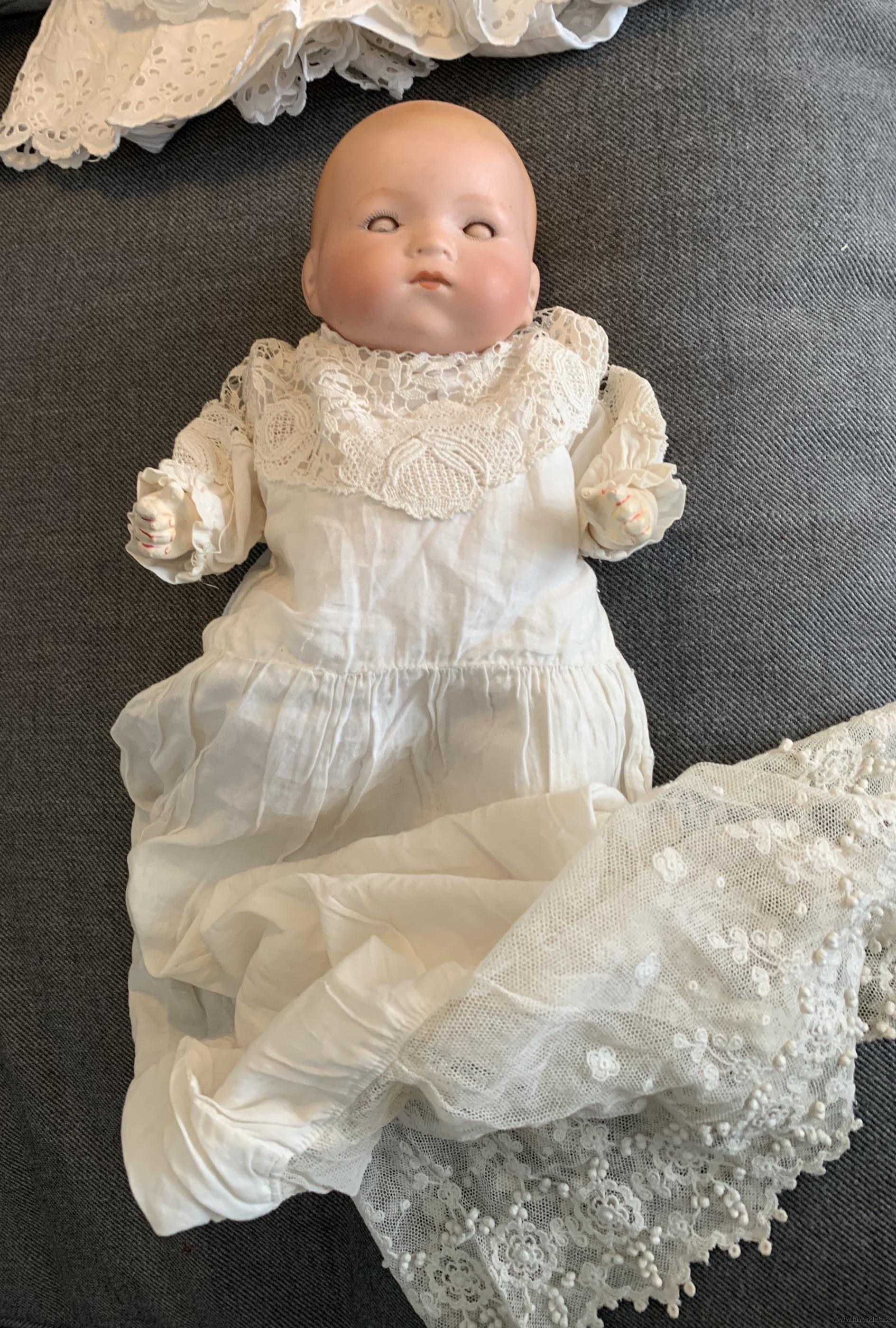 En handsydd lång dopklänning