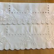 Två vackert handbroderade prynadsfodral i linne!