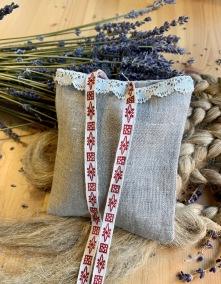 En nysydd lavendelpåse i beige linne med spetskant! - En handsydd lavendelpåse i linne och spets!