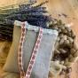 En nysydd lavendelpåse i beige linne med spetskant!