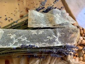 En mycket vacker handsydd tyllspets, antik! - En handsydd antik tyllspets, 3,3 m.