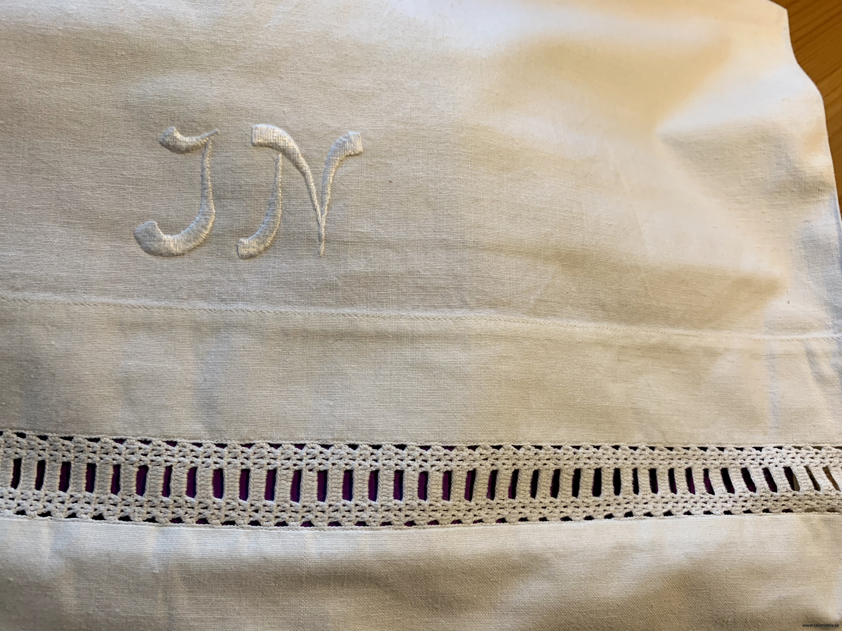 """Vackert monogram """"JN""""."""
