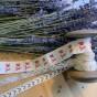 En antik bobinrulle med monogramband och spetsar!