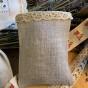 En fin handsydd lavendelpåse i linne med tyllspets.