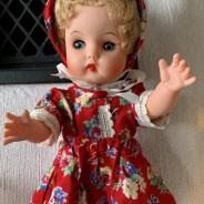 Julpris! En söt docka, 32 cm, gulligt klädd i rött och blommigt!
