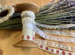 Rea! En antik bobinrulle med vackra spetsar! - REA!  En vacker bobinrulle med band och spetsar