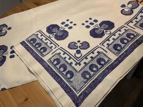 Vackraste handvävda linneduken, 180 x155 cm ! Handbroderad i blå nyanser. - Den vackraste duken jag sett, tror jag!