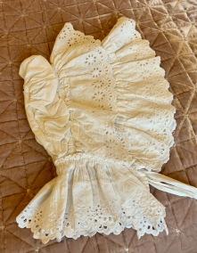En så ljuvligt vacker, antik sovhätta med handsydda vitbroderier! - Rea! Ett mästerligt hantverk! Sovhätta