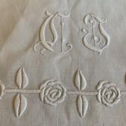 En ljuvligt vacker gardin/paradhandduk i vitbroderi, linne