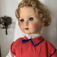 En söt äldre docka i massa och i fina kläder!