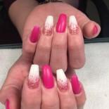 vit och rosa matta naglar