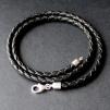 Flätat, svart läderhalsband med fina silverdelar