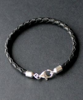 Flätat svart läderarmband med fina silverdelar