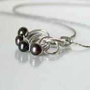 Idun - Snyggt designat halsband med peacockpärlor