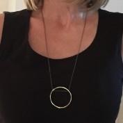 Wilda - Långt snyggt silverhalsband med stor hamrad ring