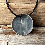 Noomi - Mycket snyggt halsband med stor oxiderad silverplatta