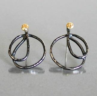 Abrovinsch, silverörhängen med svartoxid och guldinslag