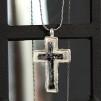 Silverhalsband med kors i rå design