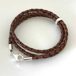 3 mm, tredubbelt flätat brunt armband med silverdelar