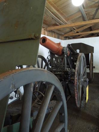12 cm haubits m/1891. Bakom står 8,4 cm Boforskanon m/1883 ombyggd 1899 med sköld och rekylhäminrättning.
