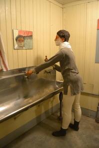 Att hålla sig någorlunda ren var viktigt när man bodde 20-40 personer i varje barack. Inne fanns vatten dock ej toalett