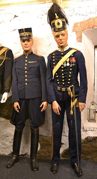 Till vänster uniform m/Ä, m/1872 och till höger m/Ä, m/1873