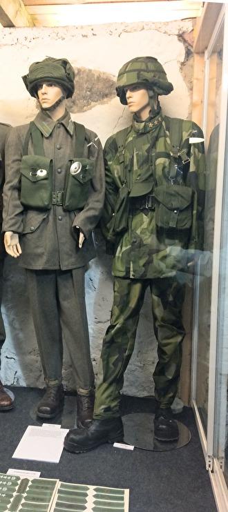 Till vänster uniform m/58 och till höger m/90 (General)