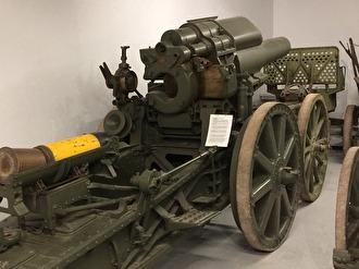 21 cm haubits m/1917 med eldrörsvagn, något skymd bakom.