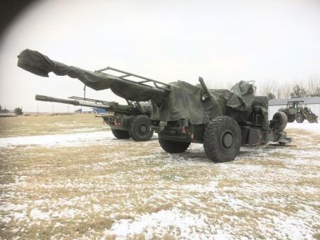 Haubits 77B, i förgrunden, återlämnades till Artillerimuseet efter att den återställts till ursprungligt skick, efter att ha används vid framställandet av den nya artilleripjäsen (fordonet) Archer.