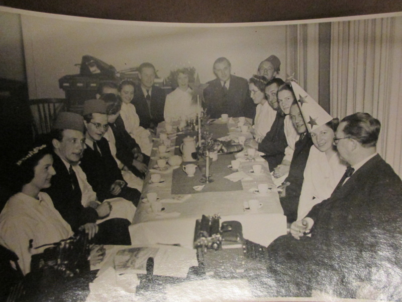 Luciafirande på redaktionen på UNT 1944. Kärsti Cederblad till vänster, brevid henne redaktör Sven Rynell