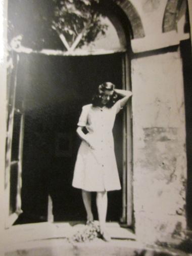 En paus, ett stilleben eller en skulpturpose utanför ett av de stora fönstren i hemmet i Villiers Le Bel 1948