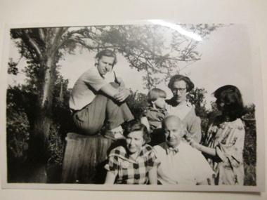 Staffan, lill-staffan, Skulptören Asmund Arle, Kärsti, tandläkarna Wikström på besök i Villiers Le Bel