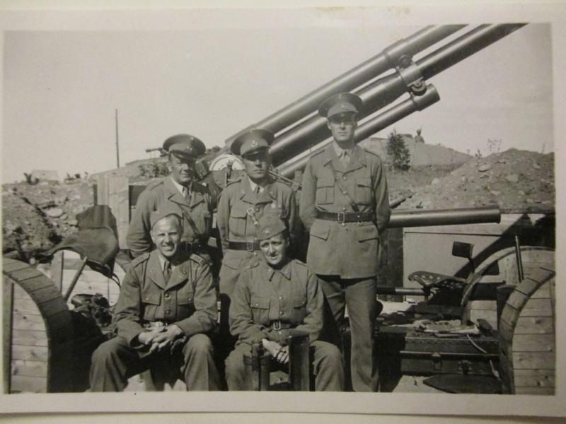 Pappa Ragnar, i mitten. Som militär under andra världskriget.