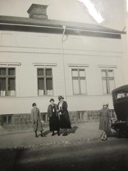 På besök hos förmögna släkten i Vimmerby. Kärsti står vid bilen så stolt. Märta med sin syster och bror Åke.