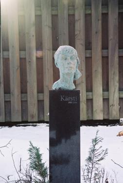 Kärsti har en mycket fin gravvård i Uppsala. Skulptur av Staffan Östlund. På gravvården står det endast Kärsti 1923-1986