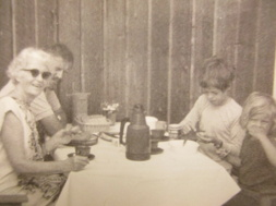 Tora Lundblad som är mor till Staffan som sitter bakom till vänster. Sebastian och Christopher till höger.