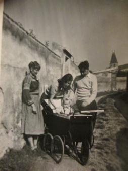 Kärsi med barnvagn i Spanien i början på 50-talet
