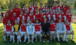 Den historiska truppen med ledare som har representerat Hovslätts IK i div III för första gången i klubbens historia.