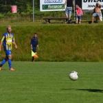 alexander tar hand om bollen på mitten